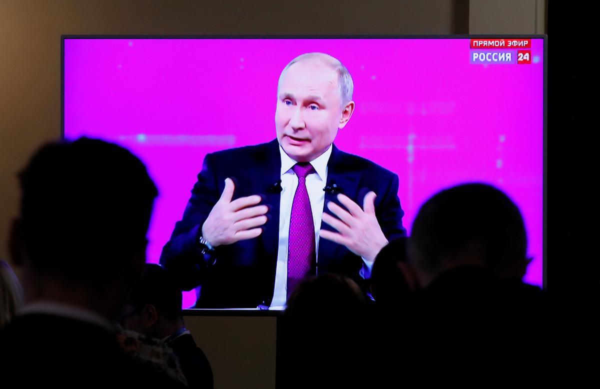 """Владимир Путин во время """"прямой линии"""" / фото REUTERS"""
