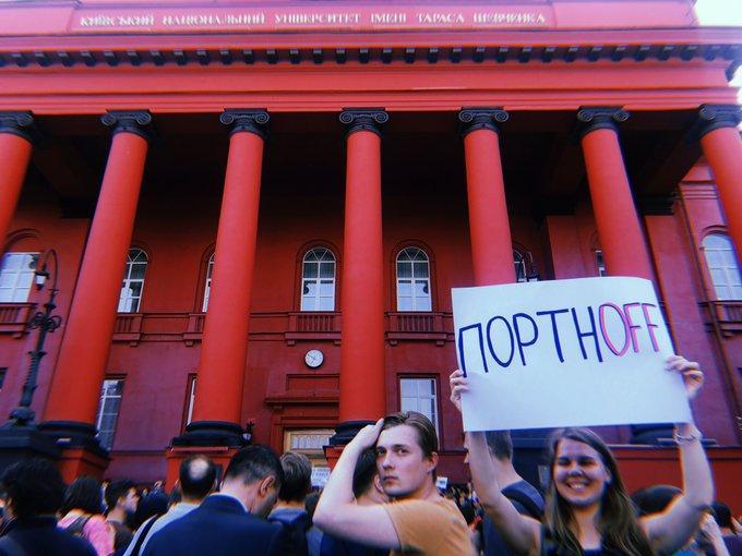 """Під """"Червоним корпусом"""" тривають протести / фото twitter.com/Shabunin"""