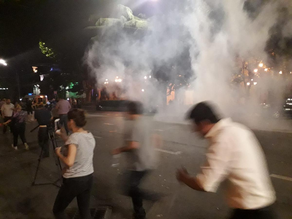 Полиция применила слезоточивый газ против протестующих в Тбилиси / фото facebook.com/irina.kalatozishvili