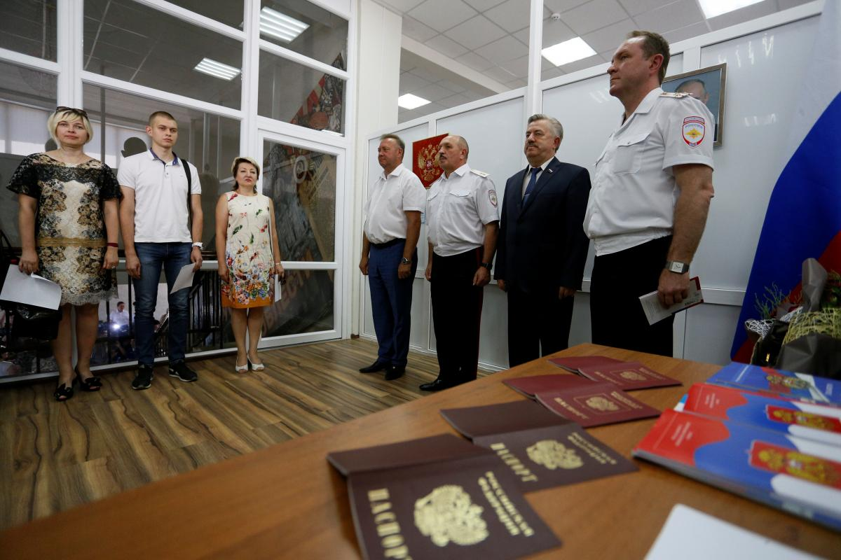 Видача російських паспортів мешканцям ОРДЛО / REUTERS