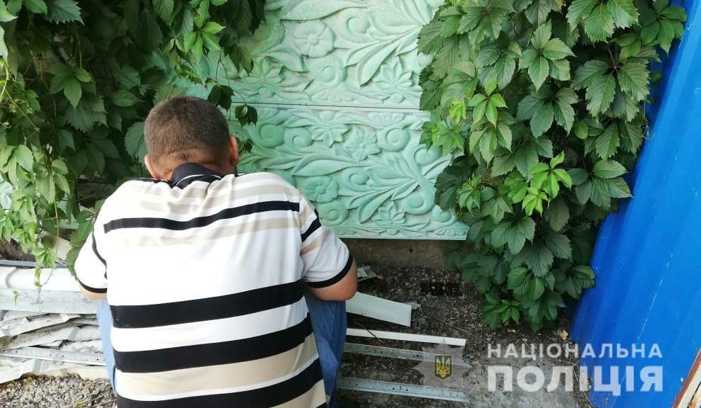 Полицейские сделали замечание парню за выброшенную бутылку / фото: пресс-служба полиции