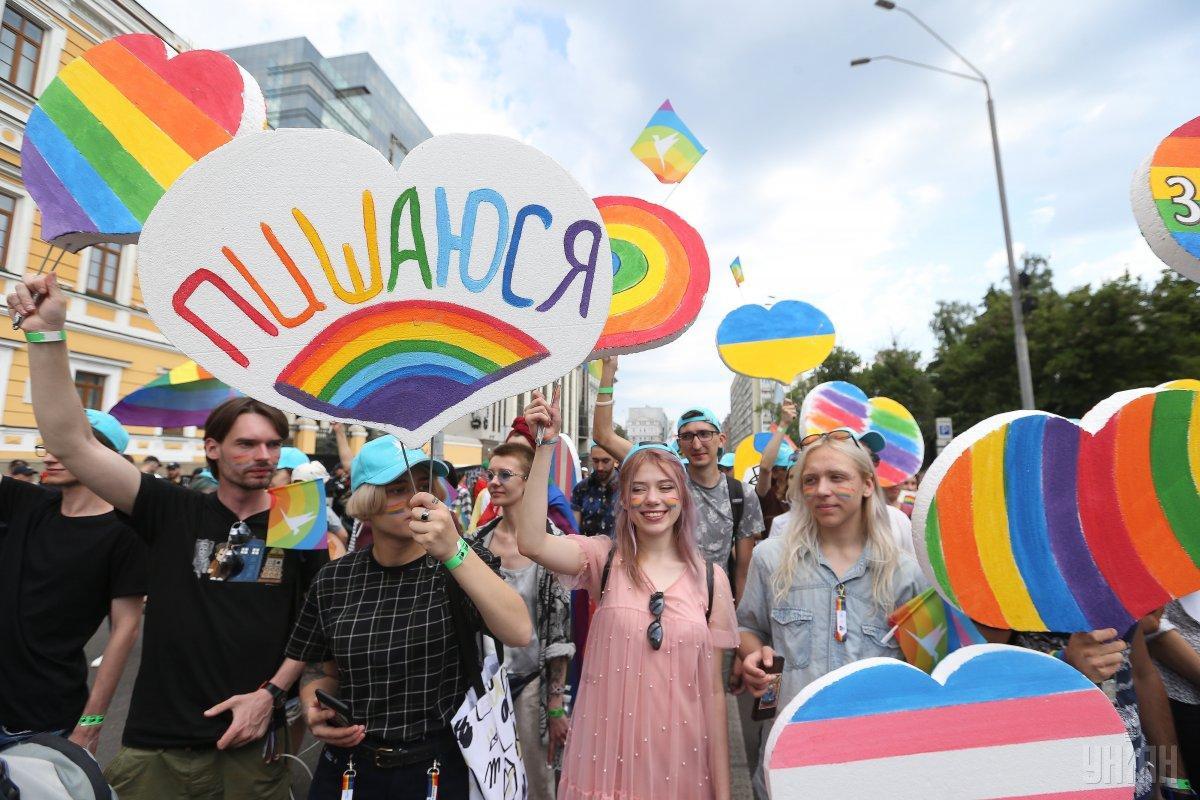 Всем участникам марша КиевПрайд в посольстве пожелали безопасного и хорошего дня / фото УНИАН