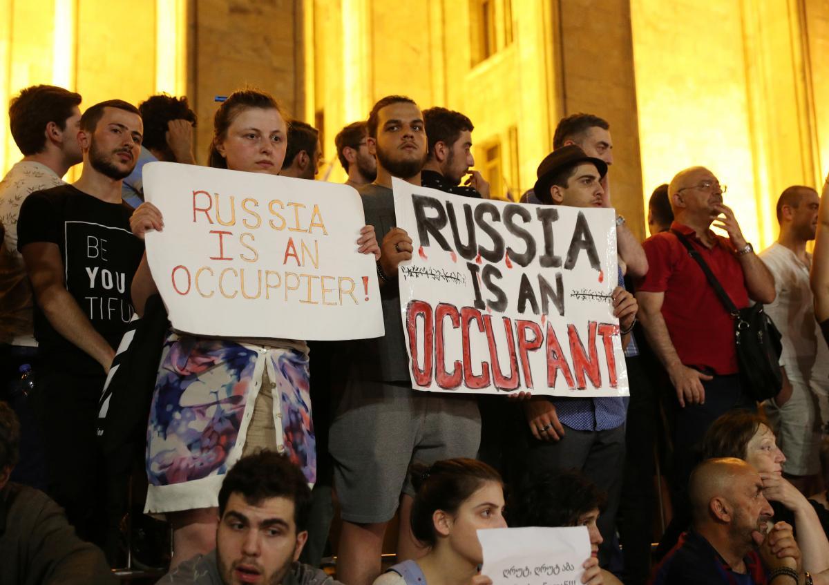 В Тбилиси четвертый день продолжаются антироссийские протесты / REUTERS