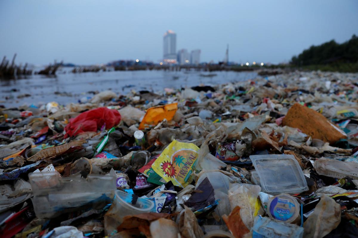 На Закарпатті 40 % населених пунктів взагалі не охоплено централізованим збором відходів, мешканці просто складують сміття вздовж річок / фото REUTERS