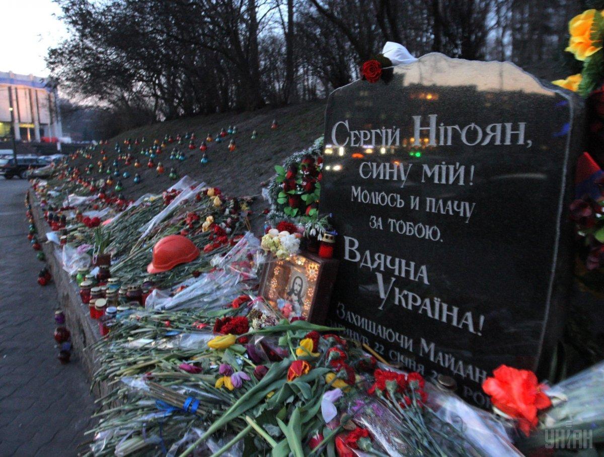 В Киеве мужчина разгромил мемориал Сергею Нигояну / фото УНИАН