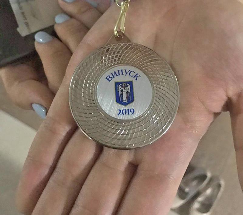 Но медали лично она не вручала, потому что спешила на выпускной к своей дочери / Фото: ЧЕСТНО