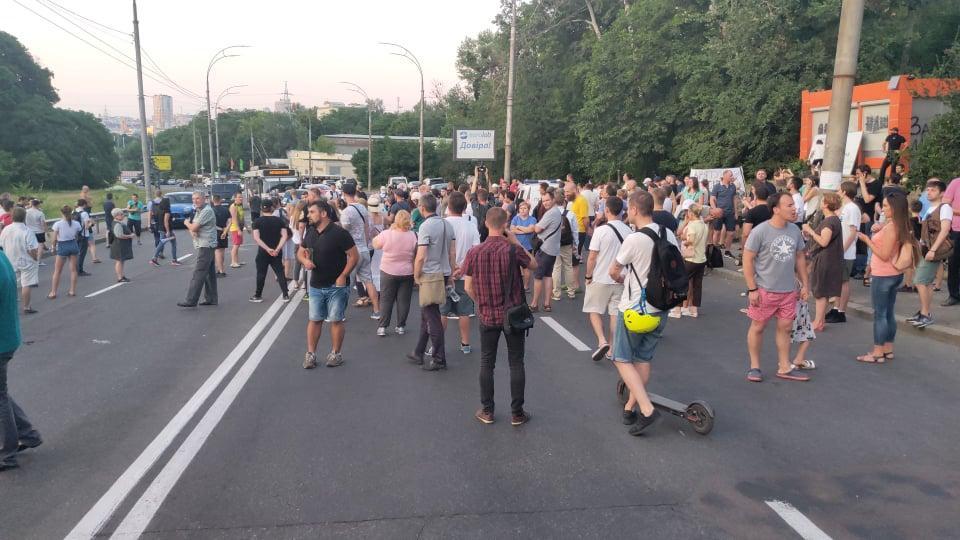 Протестующие против застройки Протасова Яра в Киеве перекрыли движениепо улице / фото informator.news
