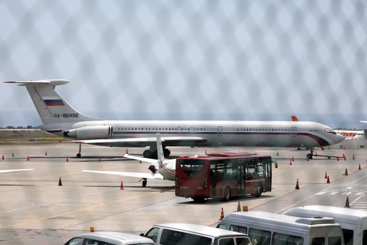 Российский самолет Ил-62 с номерным знаком RA-86496 в аэропорту Венесуэлы / REUTERS
