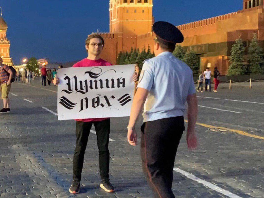 Блогера отпустили из полиции около 03:00 ночи/ фото: Sokolovsky!