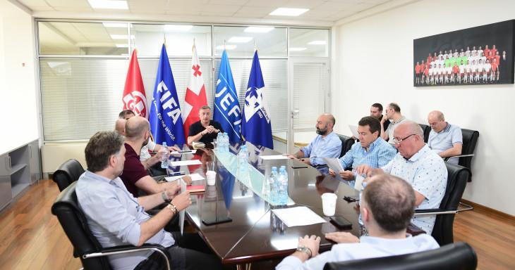 Чиновники поддержали футболистов / фото: gff.ge
