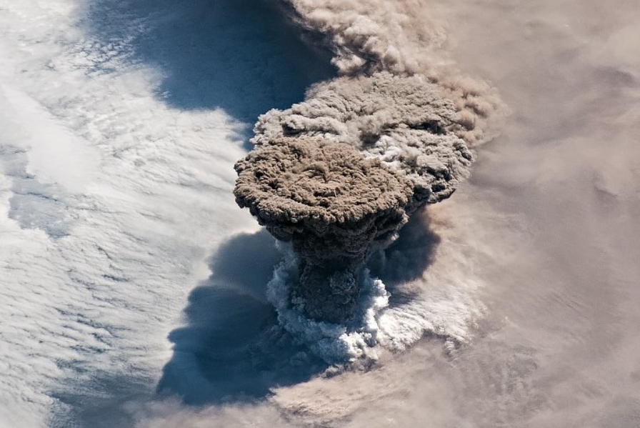 В России впервые за 100 лет проснулся вулкан Райкоке / фото NASA EARTH