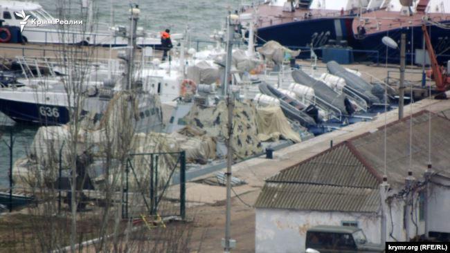 Украинские военные корабли под маскировочной сетью в Керчи, февраль 2019 года / ru.krymr.com
