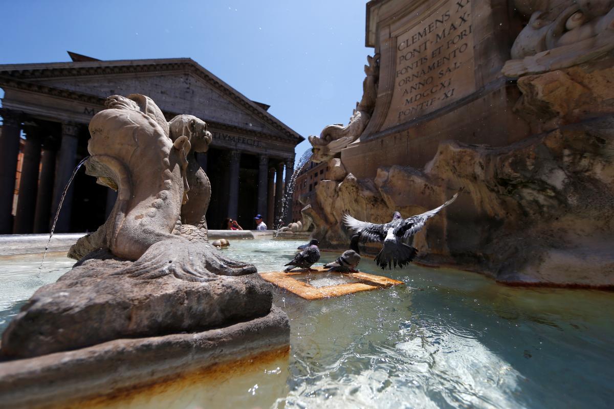 Голуби в фонтанах Рима / REUTERS