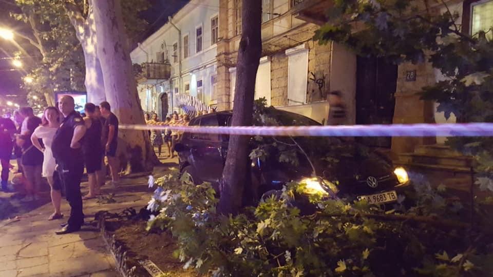 В Одессе авто влетело на тротуар и снесло дерево / фото управления патрульной полиции в Одесской области