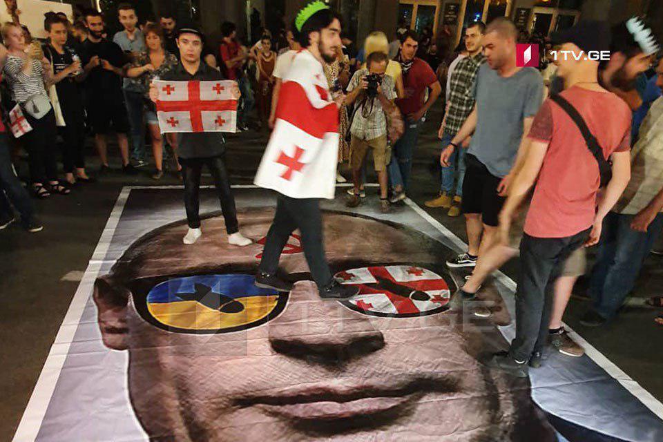Перед зданием парламента в Тбилиси продолжаются протесты / фото 1tv.ge
