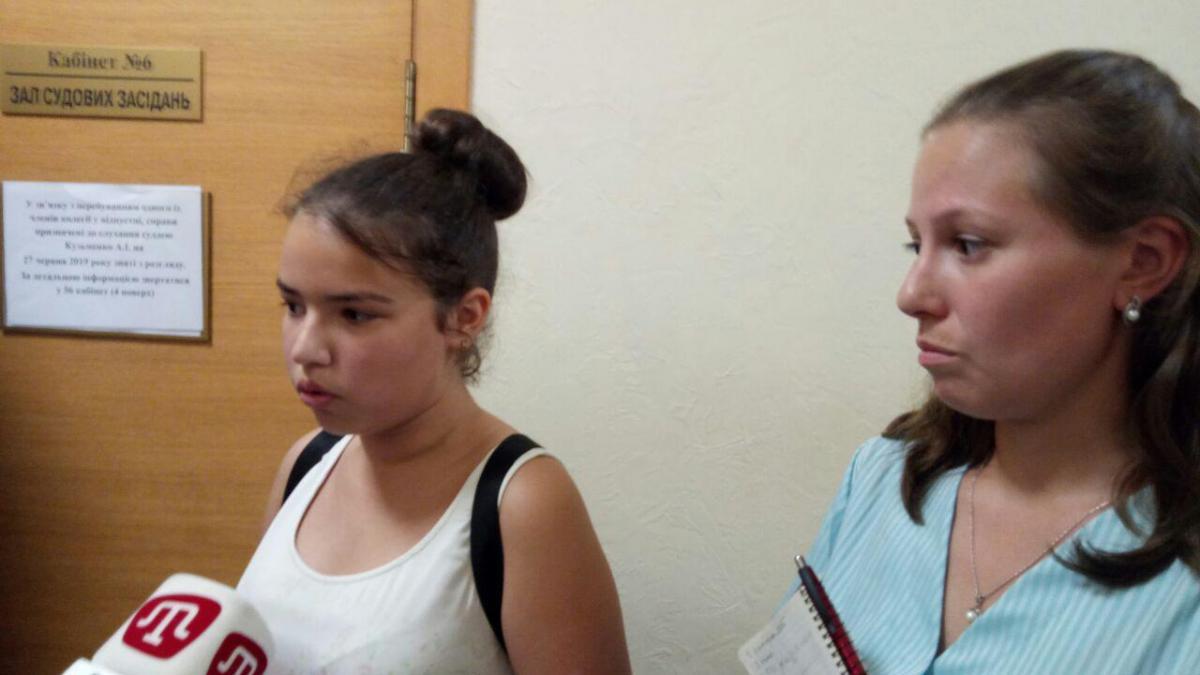 12-летняя Юлия Пиргас из Херсона обжалует новое украинское правописание в Окружном админсуде Киева / УНИАН