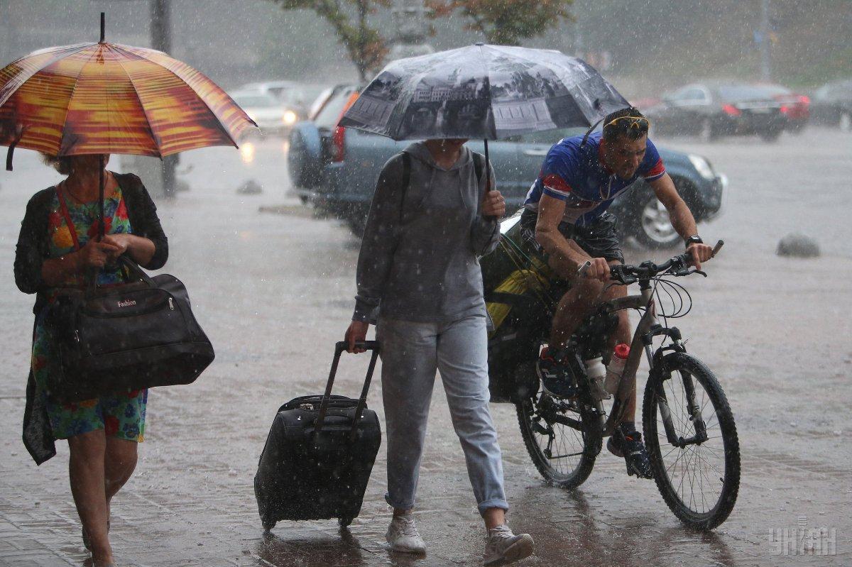 Погода на выходные: в Украине местами пройдут дожди, в воскресенье потеплеет (карта)