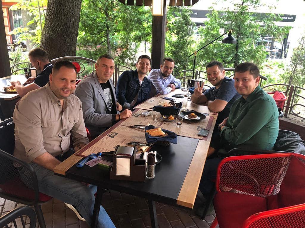 Зеленский показал праздничный снимок / фото facebook.com/zelenskiy95