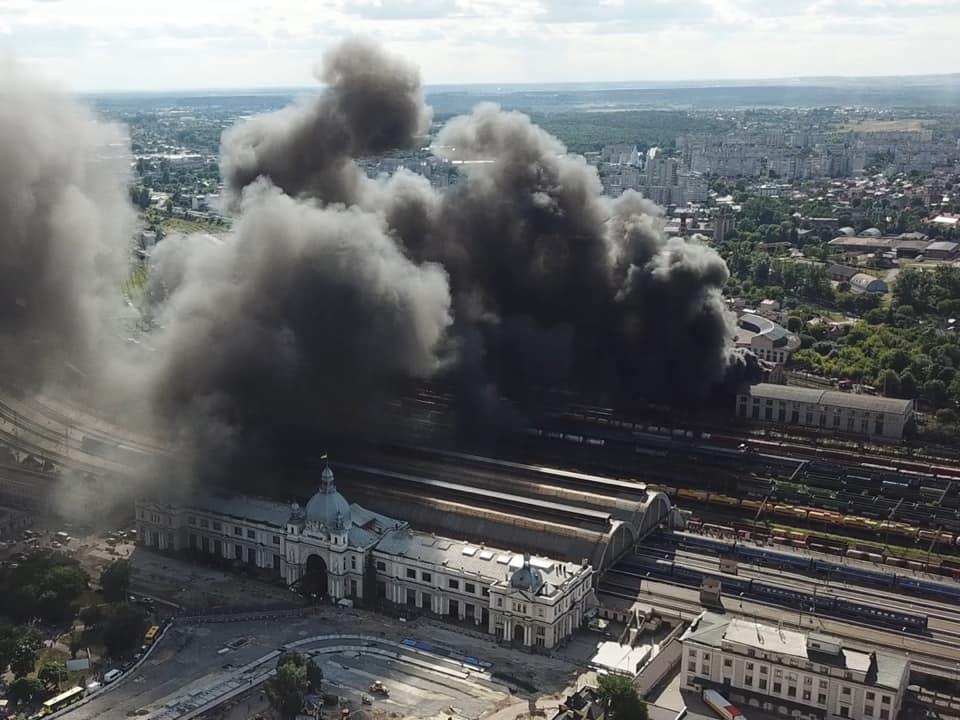 Возгорание возникло на территории локомотивного депо в ремонтном цехе / фото facebook/igor.zinkevych