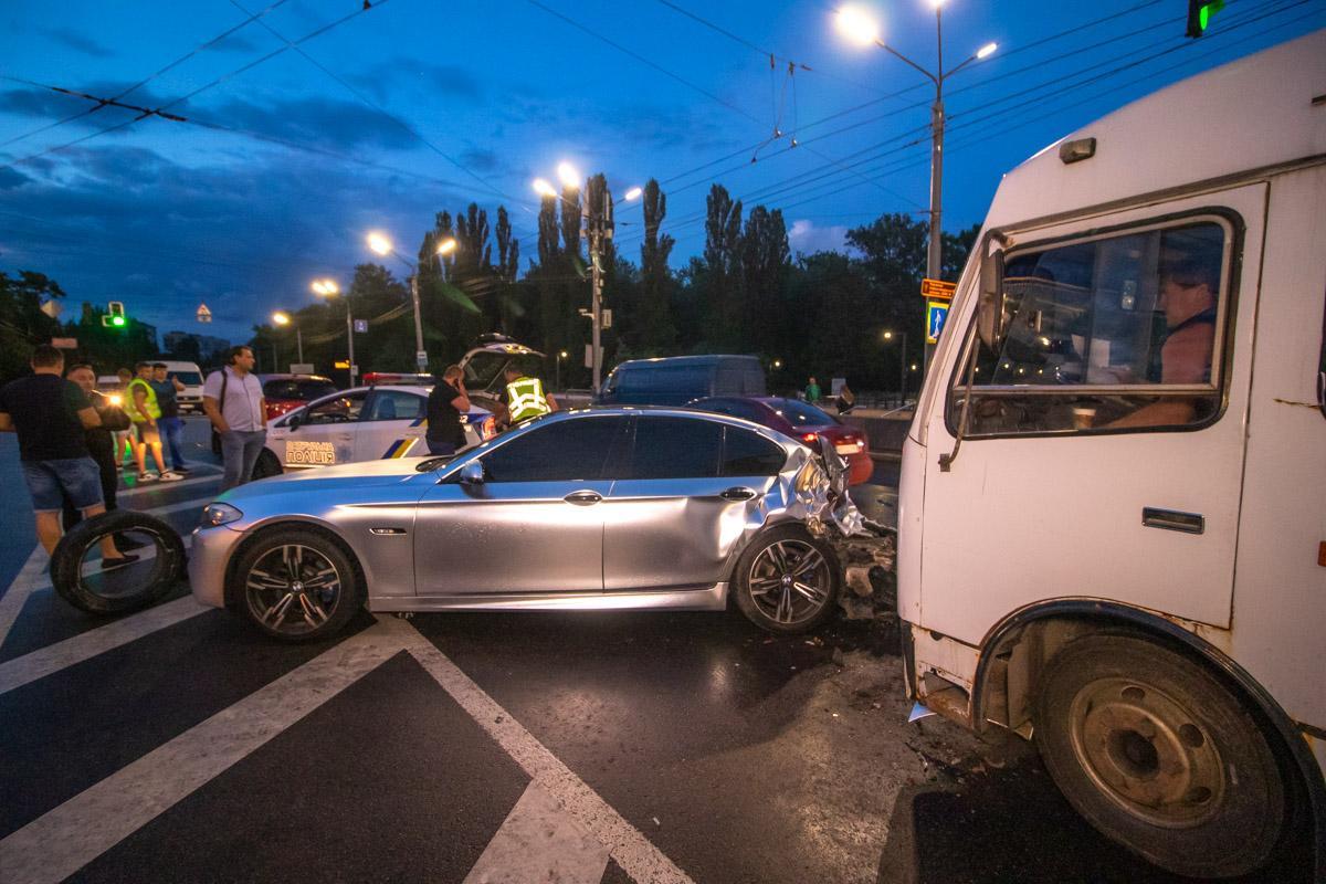 Автомобиль BMW врезался в Mazda и влетел в маршрутку №227 / фото kiev.informator.ua