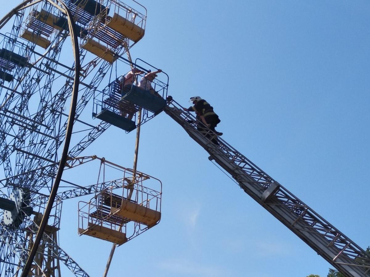 В высотной ловушке оказались люди / фото: ГУ ГСЧС Украины