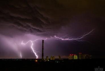 Погода на завтра: майже по всій Україні дощі з грозами одночасно зі спекою до +32