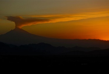 Снятое с самолета извержение вулкана вызвало восторг у пользователей сети (видео)