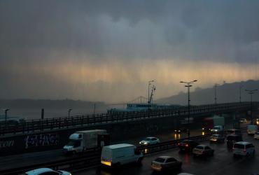 На Київ обрушилася гроза: в соцмережах обговорюють негоду в столиці (фото, відео)