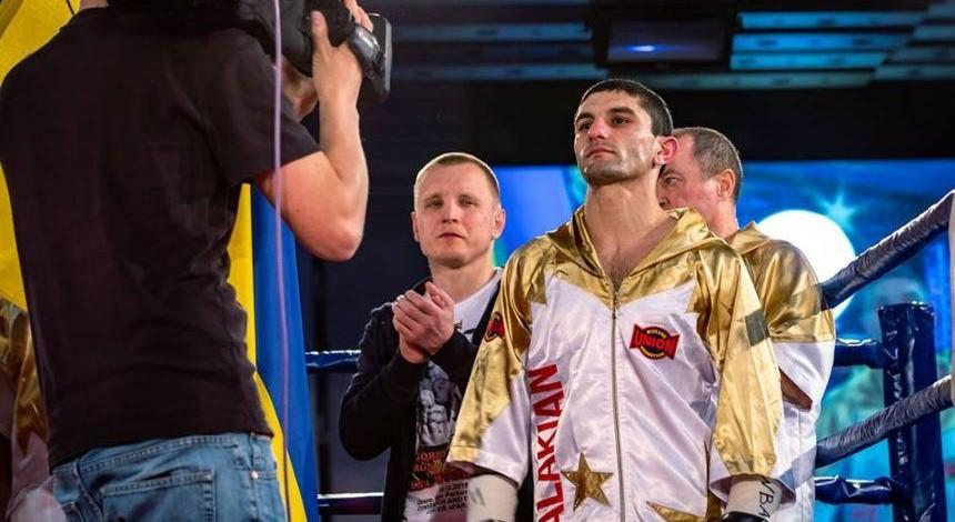 Украинец Далакян избил соперника и защитил титул чемпиона мира (видео)