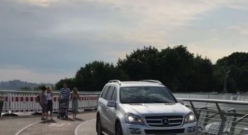 """В Киеве на """"стеклянном"""" горе-мосту заметили авто (фото, видео)"""
