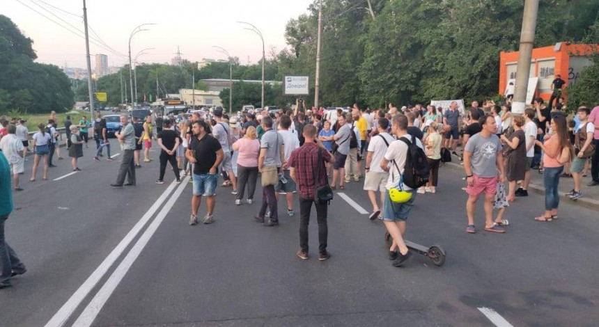 Activists block traffic of Kyiv's Protasiv Yar, protesting against cutting trees in urban forest (Photo, video)
