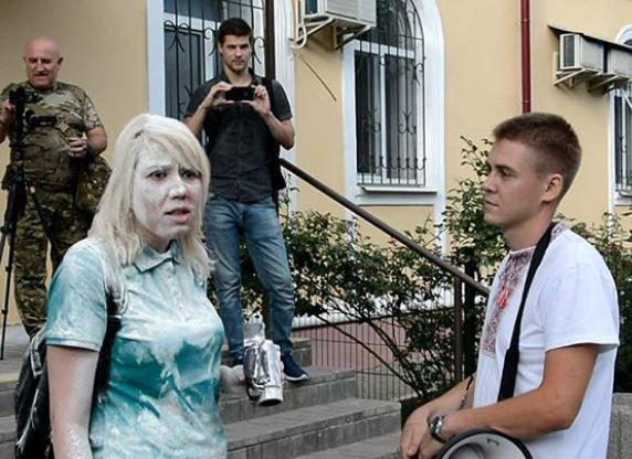 Петренко обсыпали мукой у здания суда / instagram.com/anastaciya_petrenko_official