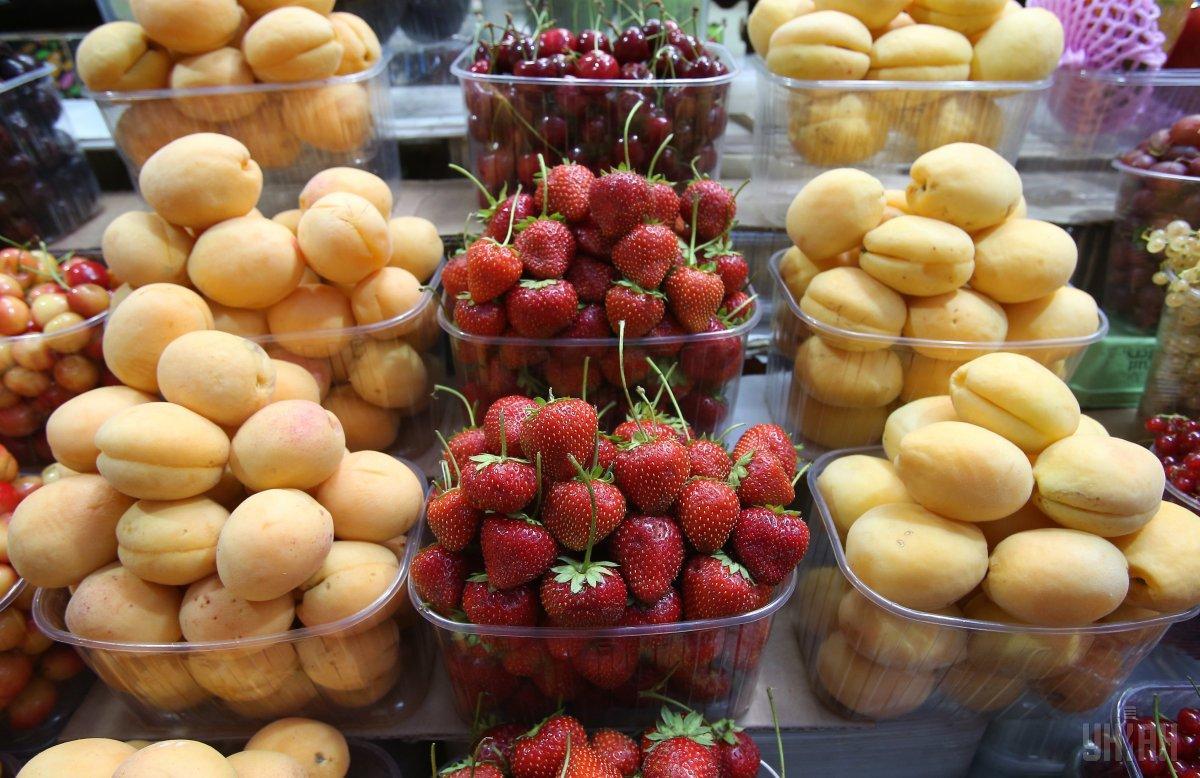 В этом году абрикосы на рынках дороже, чем были в прошлом году / фото УНИАН