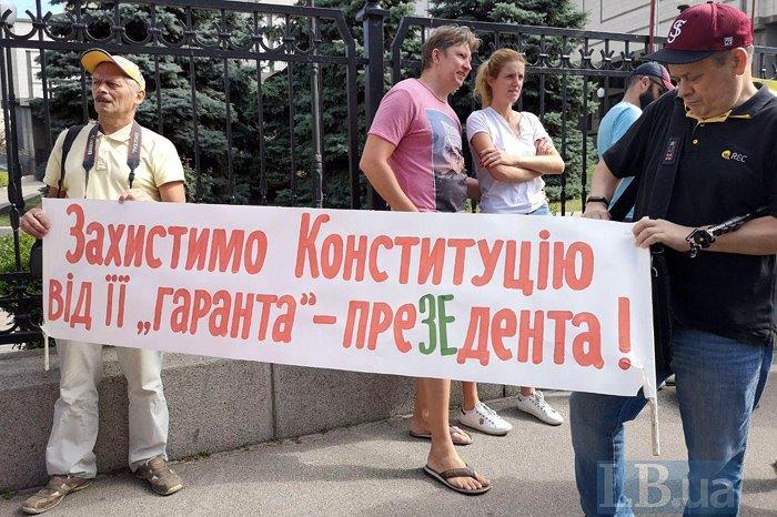 Сейчас на митинге есть, по сути, два центра - политический и общественный / Фото: Александр Рудоманов