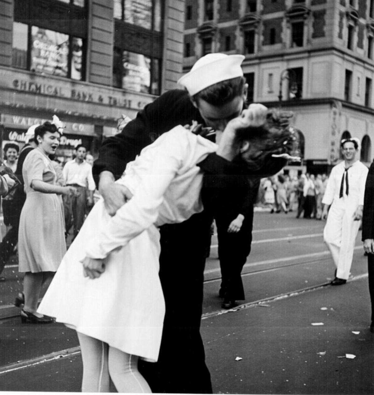 Один из самых известных в истории поцелуев в День Победы над Японией на Таймс-сквер / фото wikipedia.org / Lt. Victor Jorgensen