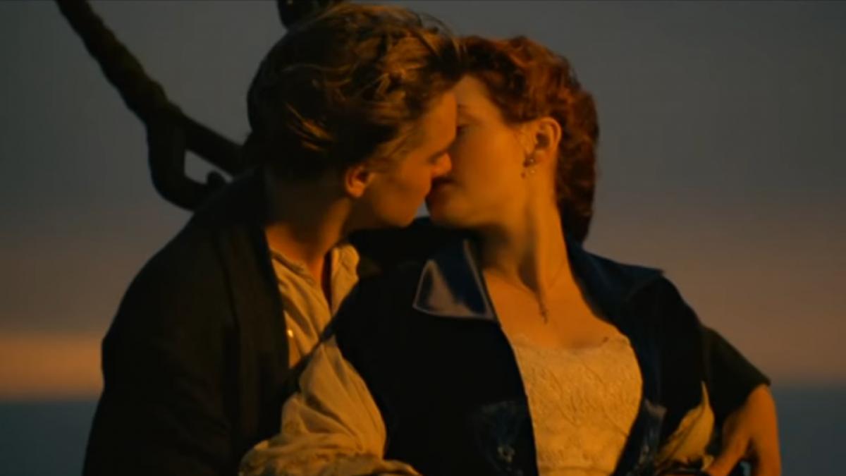 Один из самых знаменитых поцелуев в кино из фильма «Титаник» Джеймса Кэмерона 1997 года / кадр из фильма «Титаник»