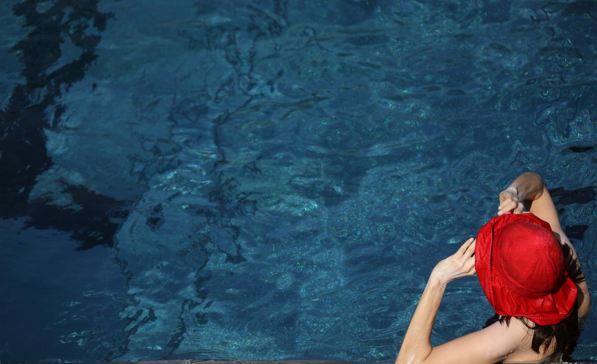 Молодые люди распивали алкоголь в бассейне / фото REUTERS