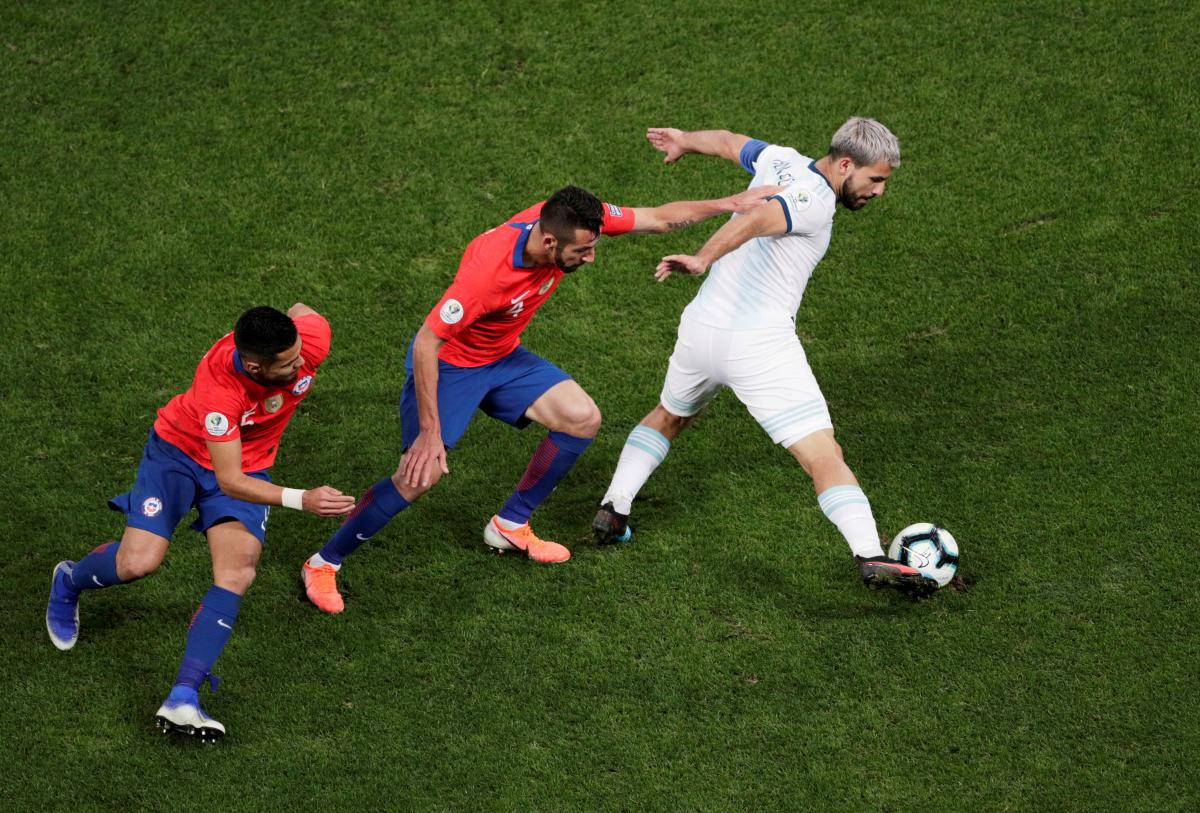Аргентинцы забили оба гола в первом тайме / REUTERS