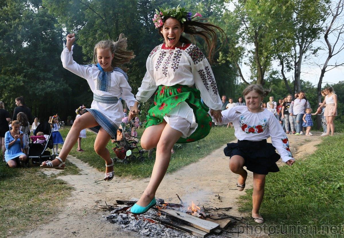На Ивана Купала обязательно надо побывать у костра/ фото УНИАН