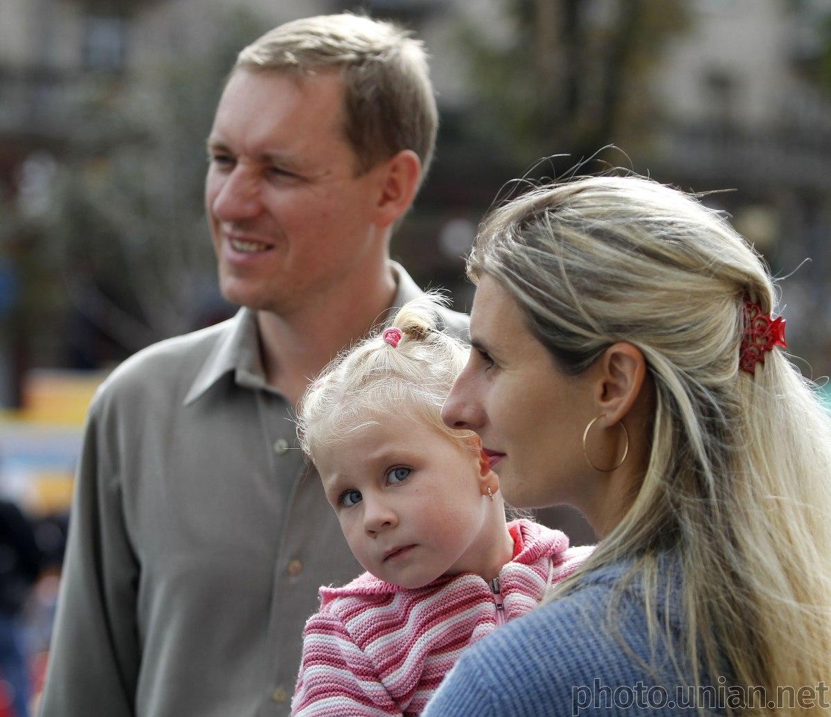 Приоритетом реформы чиновники называют обеспечение права каждого ребенка воспитываться в семье / фото УНИАН