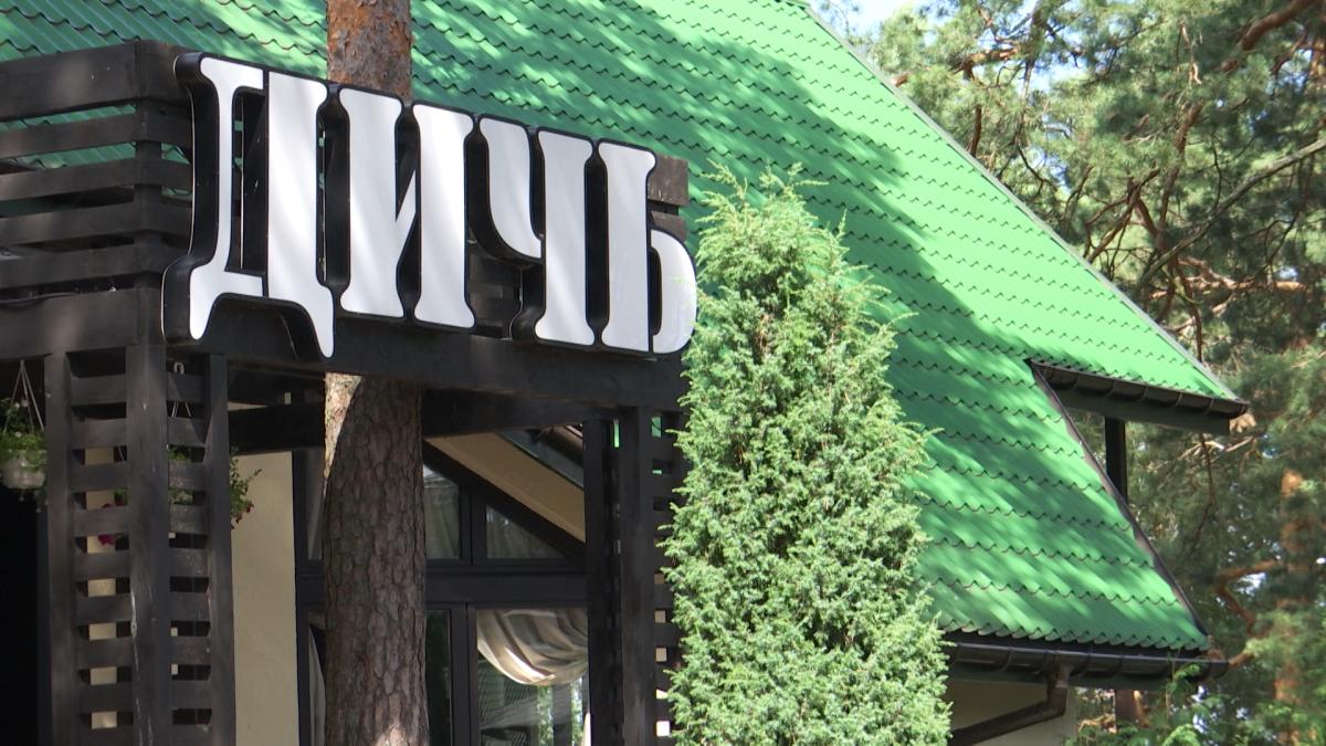 Гості відпочивають у новеньких мисливських будиночках і відвідують дорогий ресторан