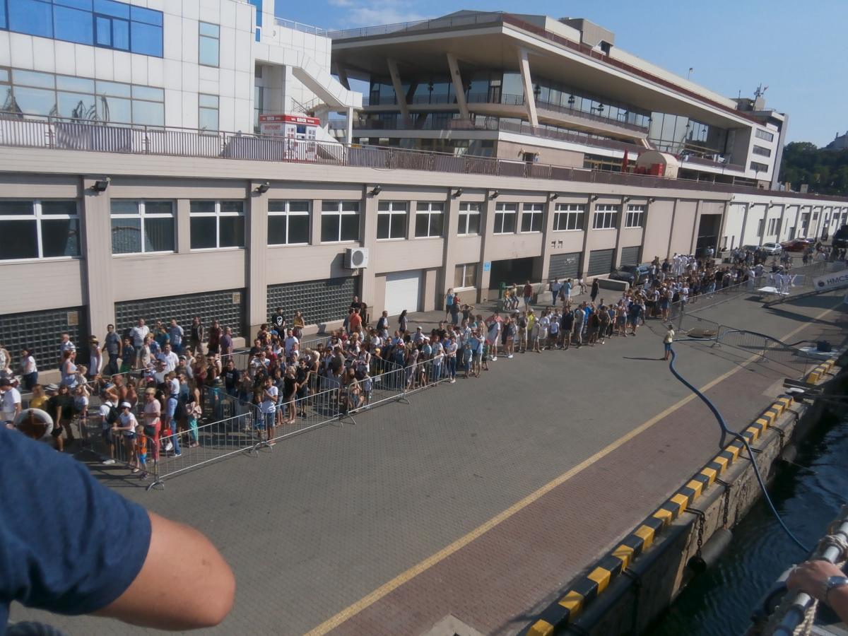 Тысячи одесситов и гостей города берут «штурмом» военные корабли / фото УНИАН