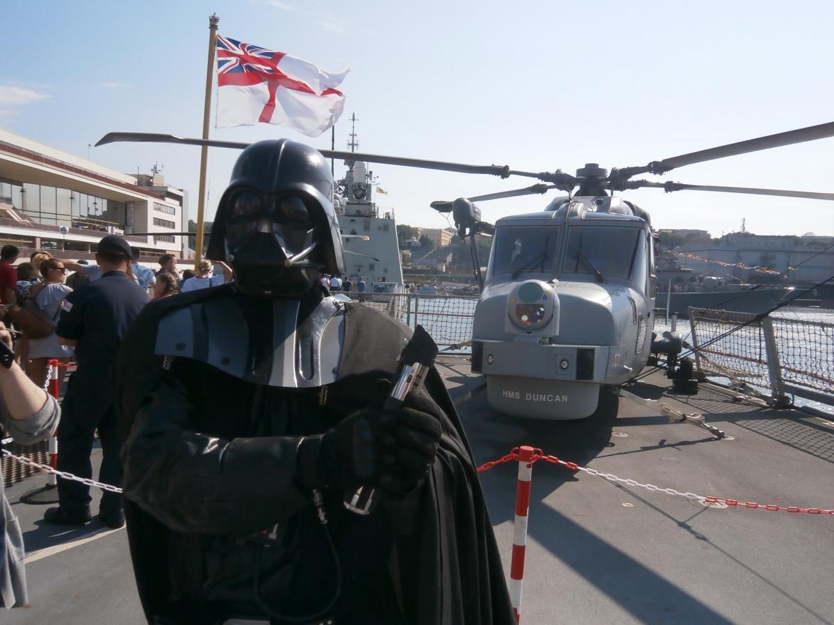 Дарт Вейдер фотографируется с десантным вертолетом / фото УНИАН
