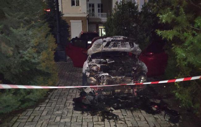 Полиция устанавливает обстоятельства пожара автомобиля / фото: facebook.com/sluganarodu.pavlish