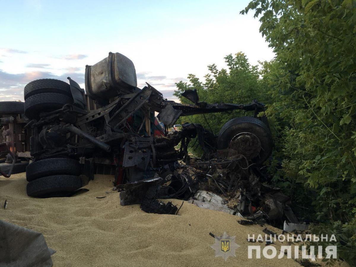 Предварительная причина аварии – выезд водителя одного из грузовиков на встречную полосу движения / фото ГУ НП в Одесской области