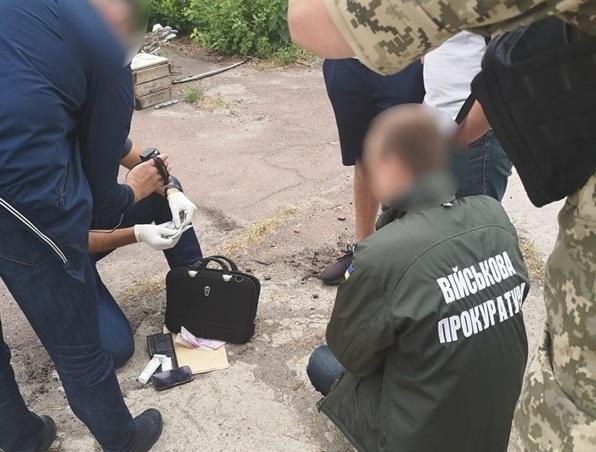 Офицера задержали после получения взятки / фото: vppnr.gp.gov.ua
