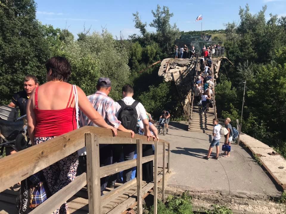 Оккупанты еще не отвели свои войска от моста / фото president.gov.ua