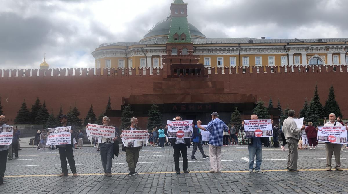 В российской столице  запикет задержали неменее  50 крымских татар