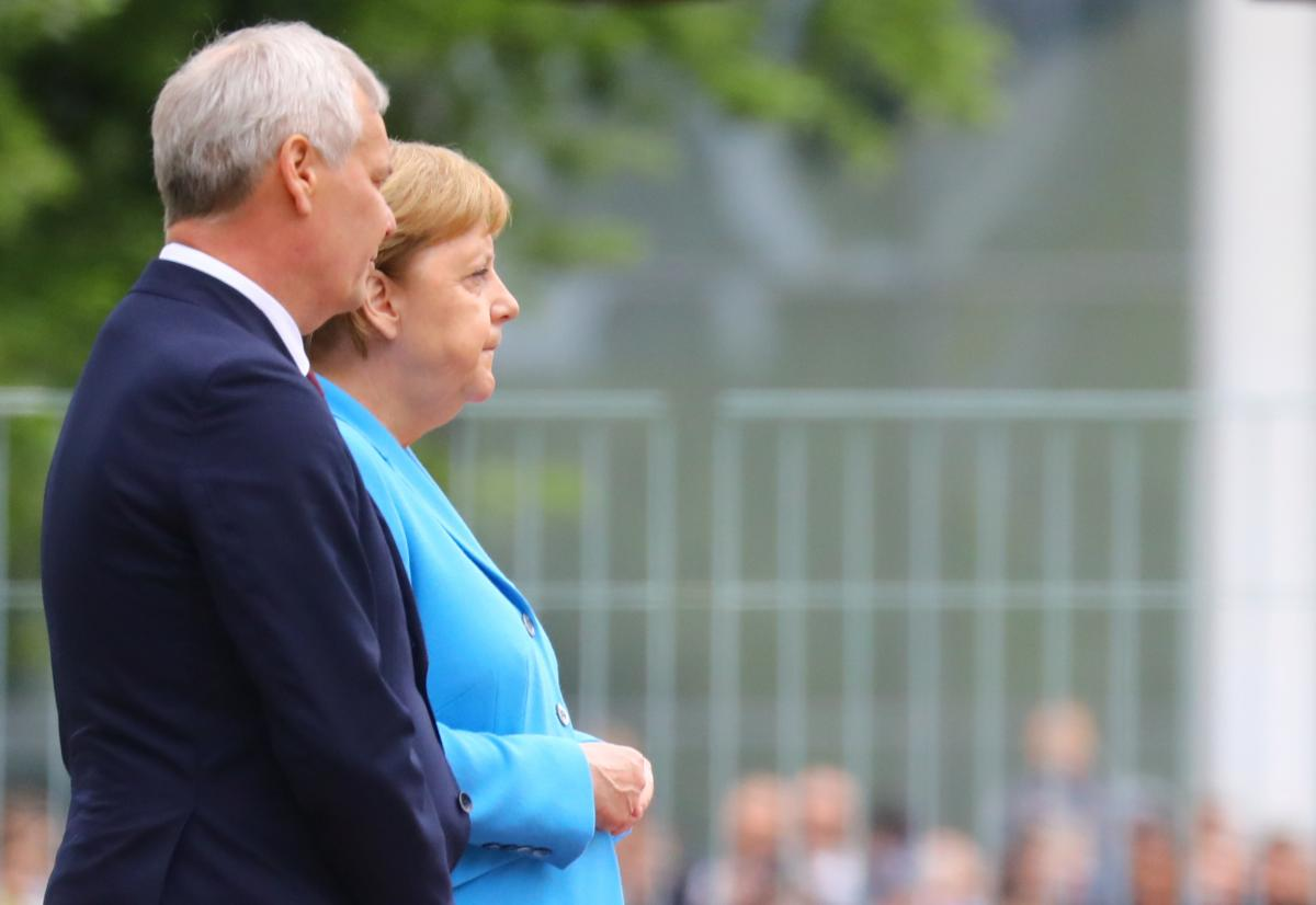 Антті Ринного і Ангела Меркель / REUTERS