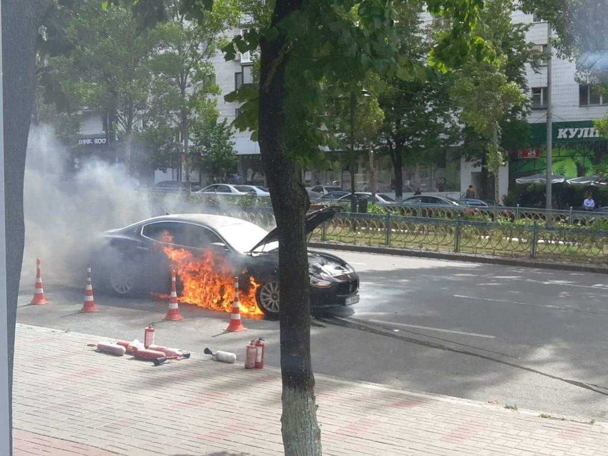 У центрі столиці згоріло елітне авто / Інформатор
